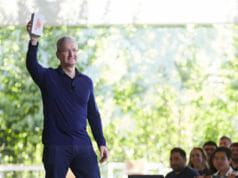 tim_cook_billionth_iphone